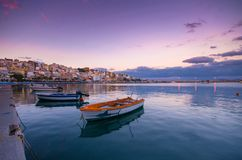 Pictursqueporten av Sitia, Kreta, Grekland på solnedgången Sitia är en traditionell stad på den östliga Kreta nära stranden av pa Arkivbilder