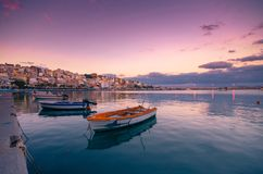 Pictursqueporten av Sitia, Kreta, Grekland på solnedgången Sitia är en traditionell stad på den östliga Kreta nära stranden av pa Arkivfoto