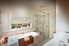 Picutre av ett härligt modernt stilfullt badrum fotografering för bildbyråer