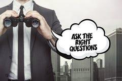 Pida el texto correcto de las preguntas en la pizarra con el hombre de negocios imagen de archivo