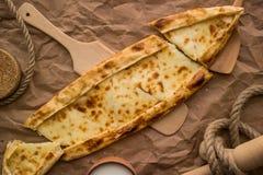 Pide de Tukish con queso/el pide de Kasarli Imagenes de archivo