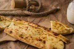 Pide de Tukish con queso/el pide de Kasarli Fotos de archivo libres de regalías