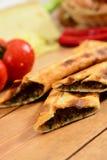 Pide picadito turco tradicional, pita de madera del fondo fotografía de archivo