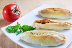 Pide turco con i fogli ed il pomodoro del basilico Immagini Stock