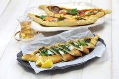 Pide turkisk pizza Royaltyfri Fotografi