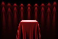 Piédestal avec les lumières en soie de tissu et de tache Photo libre de droits
