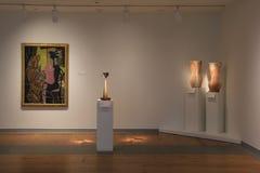 Piédestaux grands montrant la poterie et l'art accrochant sur des murs, Portland Art Museum, Maine, 2016 Photos libres de droits