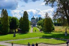 PIDHIRTSI,乌克兰- 2017年8月24日,步行沿着向下走道的游人近到是bui的历史建筑学纪念碑 库存图片