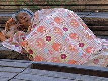 Pidiendo a la mujer que duerme afuera fotografía de archivo libre de regalías