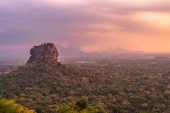 Pidurangala forntida Forest Monastery, Sigiriya, Sri Lanka - sikten av sigiryaen vaggar på solnedgången royaltyfria bilder