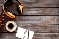 Pieśniowy pisarski ustawiający z gitarą, słuchawki, notatnik jako muzyka i DJ instrumentów drewnianego tła flatlay przestrzeń dla obraz stock