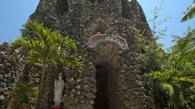 Pie al top de la iglesia moderna construido con las piedras crudas almacen de video