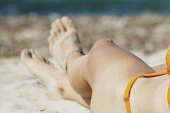 Pie atractivo de una mujer con la pulsera para el tobillo. Imágenes de archivo libres de regalías