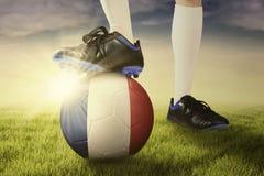 Pie con el balón de fútbol listo para jugar Fotos de archivo