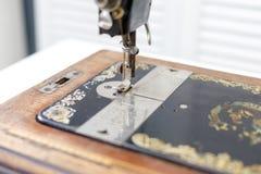 Pie con la máquina de coser del vintage de la aguja fotografía de archivo libre de regalías
