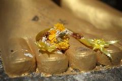 Pie con ofrendas, Khao Krailas, Tailandia de Buda Fotografía de archivo libre de regalías