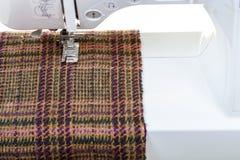 Pie de la máquina de coser en el paño de lana Imagen de archivo libre de regalías