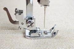 Pie de la máquina de coser y artículo de la ropa Imagenes de archivo