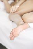 Pie de la muchacha el dormir Imagenes de archivo