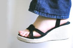Pie de la mujer con sandalia Fotos de archivo
