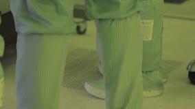 Pie de la pierna en un traje estéril Cámara del panorama tecnología de producción nana del microchip Microprocesador atmósfera es almacen de video