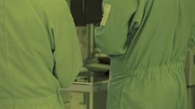 Pie de la pierna en un traje estéril Cámara del panorama tecnología de producción nana del microchip Microprocesador atmósfera es almacen de metraje de vídeo