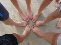 Pie de los adolescentes en la playa Fotografía de archivo