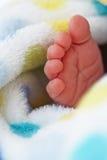 Pie del bebé en manta Fotos de archivo