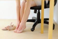 Pie del masaje de la oficina Cansancio y relajación Foto de archivo libre de regalías