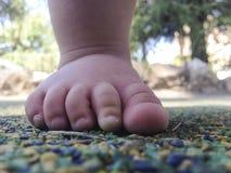 Pie del muchacho sobre el piso de goma Fotografía de archivo libre de regalías
