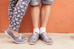 Pie del primer de pares que se besan al aire libre en la calle Fotos de archivo libres de regalías
