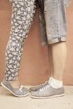Pie del primer de pares que se besan al aire libre en la calle Imagen de archivo