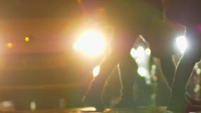 Pie del primer tirado de caminar a través de los peatones del camino en fondo multicolor de las luces de la ciudad almacen de metraje de vídeo