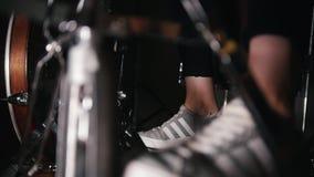 Pie del ` s del batería en las zapatillas de deporte que mueven peda del bajo del tambor almacen de metraje de vídeo