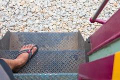 Pie en la escalera de acero hacia arriba y hacia abajo del tren Imagen de archivo