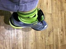 Pie en zapatillas de deporte foto de archivo