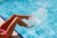 Pie femenino en agua azul Foto de archivo