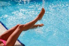 Pie femenino en agua azul Imágenes de archivo libres de regalías