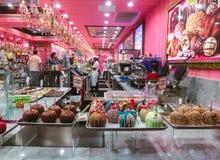 Pie Lauderdale, los E.E.U.U. - 12 de mayo de 2018: Gran opción del caramelo colorido en el caramelo del palillo y de chocolate pa fotos de archivo