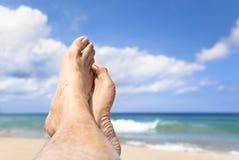 Pie que miente en la playa Imágenes de archivo libres de regalías