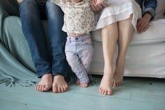 Pie recién nacido lindo con los miembros de la familia imagenes de archivo