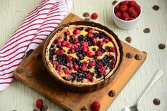 pie Tartes de fruit avec les baies fraîches douces photo stock