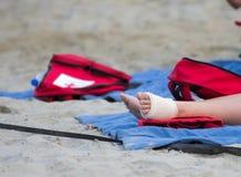 Pie vendado en la arena Foto de archivo libre de regalías