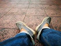 Pie y piernas vistos desde arriba Imagen de archivo