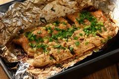 Piec łososiowy pstrąg, kulinarny proces zdjęcia royalty free
