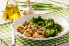 Piec łososiowy pstrąg, słuzyć z gotowanymi brokułami obraz royalty free