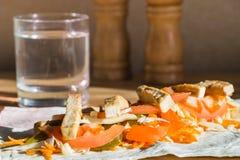 Piec świezi warzywa na płaskim chlebie na kuchennym stole i tofu obrazy stock