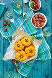 Piec żółci dzwonkowi pieprze faszerujący z quinoa, pieczarkami i serem, Czereśniowi pomidory piec z parmesan Zdjęcie Royalty Free