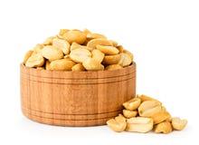 Piec arachidy w drewnianym talerzu zamykają w górę bielu dalej odosobniony obrazy stock
