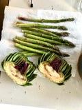 Piec asparagus w piekarnik tacy z pieczenie papierem i karczoch fotografia stock